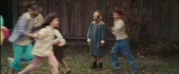 Cena do filme em que aparece um menino mascarado