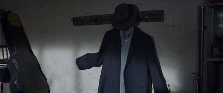 Trecho de uma cena do filme em que aparece uma paleto e um chapéu