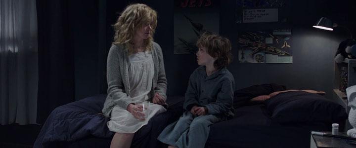 Amélia e Sam conversam na cama em The Babadook