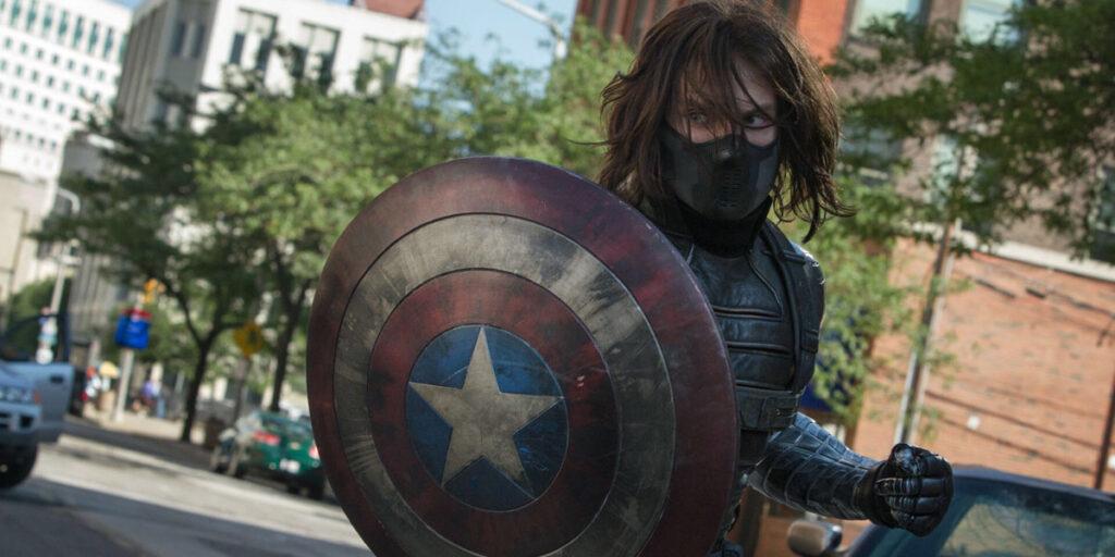 Bucky Barnes com o escudo do capitão américa