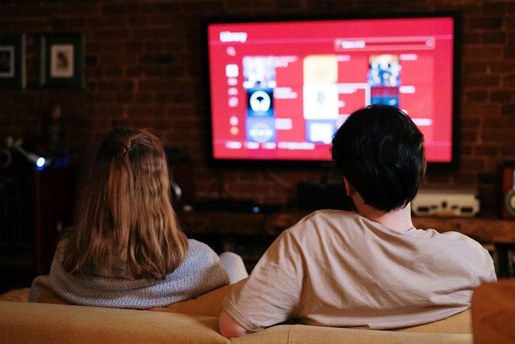 Casal assistindo animes online em casa